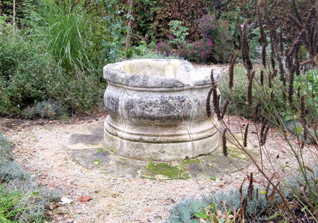 Historische Baustoffe: alter Brunnen im neuen Garten.