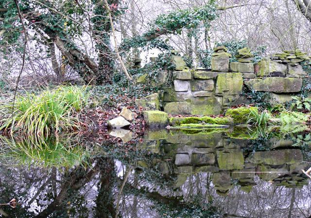Selbst im Winter ist Wasser der Mittelpunkt im Garten.
