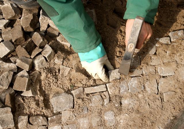Für Pflasterarbeiten mit Naturstein bedarf es ausgebildeter Fachkräfte.