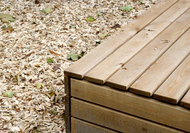 Sitzelement aus Lärchenholz. Strukturbildend für moderne Gärten.