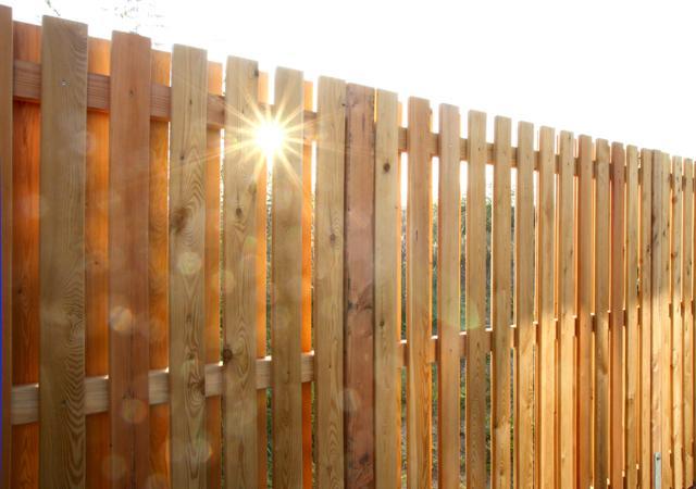 Einfache Holzkonstruktion, die alle Baumarkt-Sichtschutzwände in den Schatten stellt.