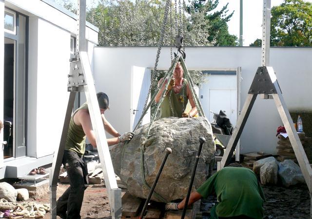 Die optimale Position des tonnenschweren Steins wird bestimmt.