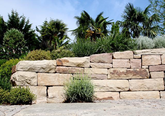 Mediterrane Kräuter passen ideal zu einer gut gefügten Trockenmauer.