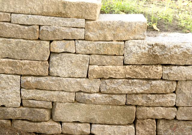 Trockenmauer am Rande des Regenwasserbeckens.