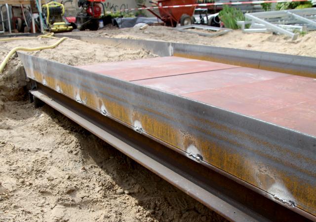 Unter dem Pflaster verbirgt sich eine solide Stahlbrücke über den Versickerungsmulden.
