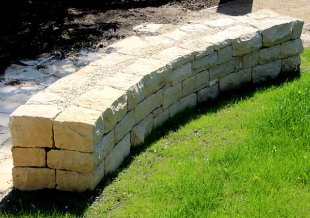 Gebogene Bruchsteinmauer