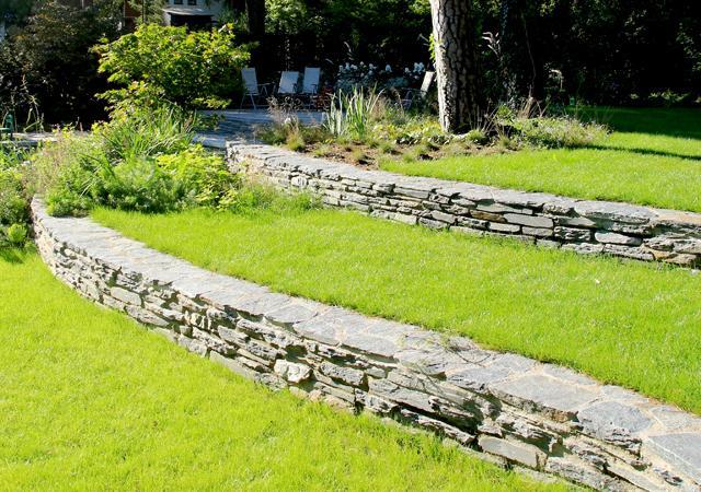 Gartenebenen mittels Natursteinmauern