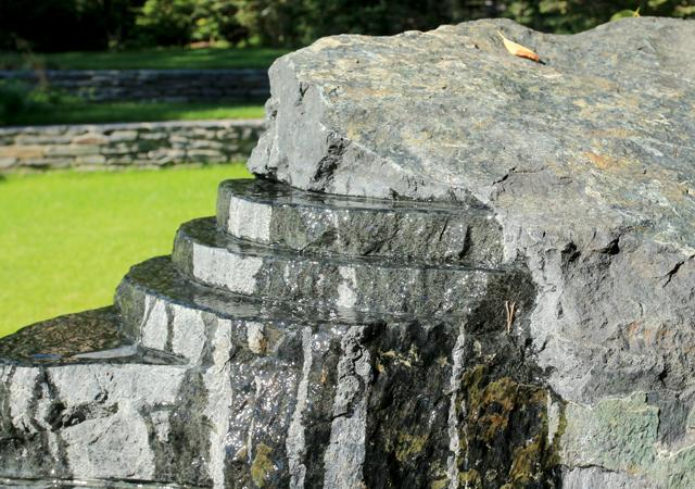 Das gestalterische Thema der Ebenen findet sich in der Gartenskulptur des Künstlers Stefan Sprenkers wieder