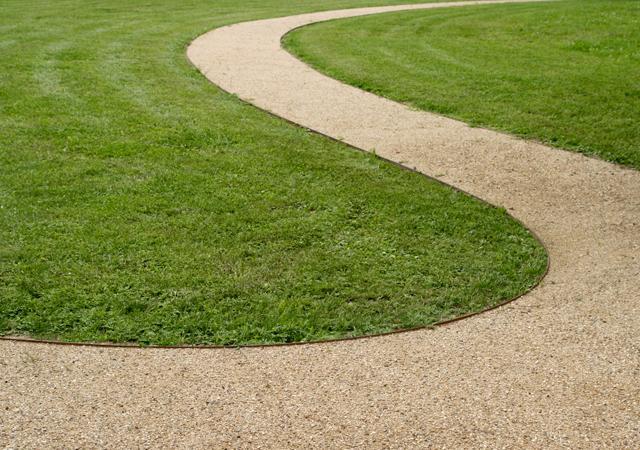 Gartenweg aus wassergebundener Wegedecke.