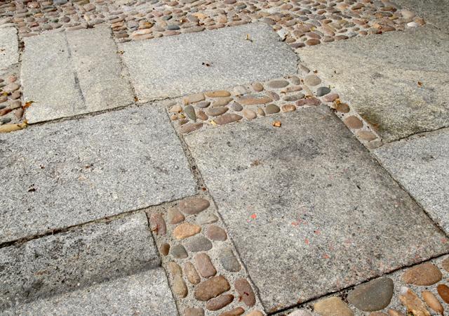 Traditionelle Charlottenburger Gehwegplatten und Katzenkopfpflaster.