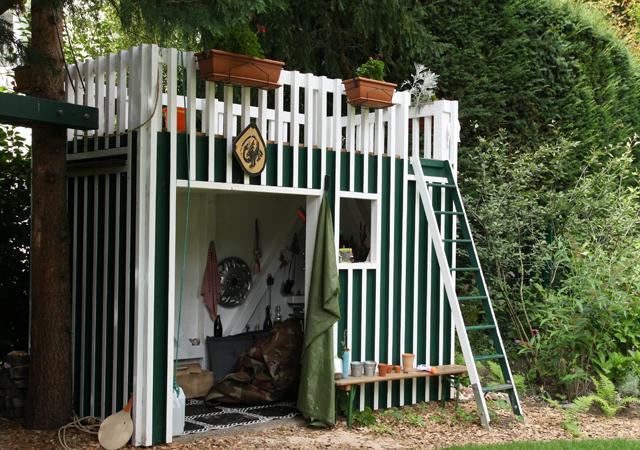Individueller Holzbau: maßgeschneidertes Kinderhaus für das Spielen im Garten.