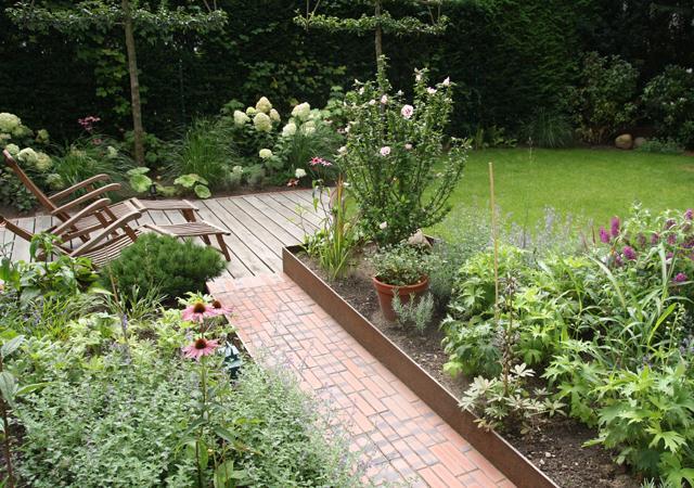 Eine Vielzahl von Gartenpartien ergänzen sich zu einem Garten.