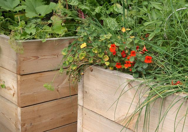 Individueller Holzbau.: Hochbeet für frisches Gemüse und Kräuter.